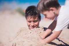 2 дет играя в песке пляжа Стоковые Фото