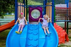 2 дет играя в спортивной площадке Стоковое Изображение