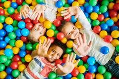 3 дет играя в Ballpit Стоковое Изображение RF