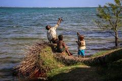 3 дет играя рядом море, foulpointe, Atsinanana, Мадагаскар Стоковая Фотография