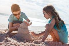2 дет играя с песком Стоковые Фотографии RF