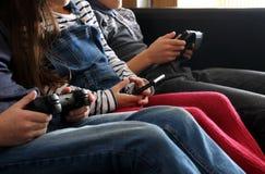 3 дет играя с электронными устройствами - таблеткой, smartph Стоковая Фотография RF