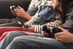 3 дет играя с электронными устройствами - таблеткой, smartph Стоковые Изображения RF