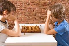 2 дет играя шахмат на таблице Стоковая Фотография RF