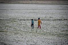 2 дет идут в треснутый фотоснимок поверхности почвы стоковые фото