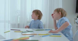 2 дет мальчиков сидят за стогом и смехом 2 брать имеют потеху и смех акции видеоматериалы