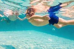 2 дет ныряя в масках под водой в бассейне Стоковая Фотография