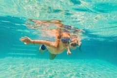 2 дет ныряя в масках под водой в бассейне Стоковые Фото