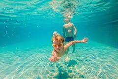 2 дет ныряя в масках под водой в бассейне Стоковое фото RF