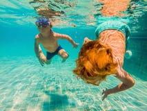 2 дет ныряя в масках под водой в бассейне Стоковые Фотографии RF