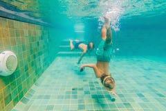 2 дет ныряя в масках под водой в бассейне Стоковое Фото