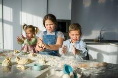 3 дет подготавливают что-то от теста Стоковая Фотография