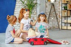 3 дет потехи пакуют чемодан на праздник пляжа Концепция, Стоковое Изображение