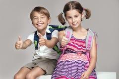 2 дет представляя с рюкзаками Стоковое Фото