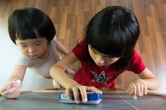 2 дет рисуя на классн классном Стоковое фото RF