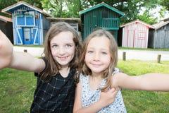 2 дет сестер маленьких девочек делают изображение selfie стоковые фотографии rf