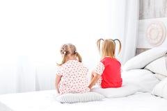 2 дет сидят и смотрят вне окно Концепция childho Стоковые Фотографии RF