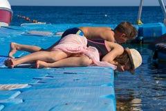 2 дет смотря к подводной жизни от понтона Стоковое фото RF