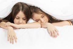 2 дет спать в кровати Стоковые Фото