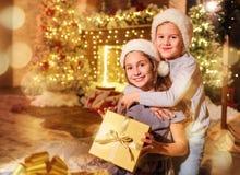 2 дет с подарками в комнате на рождестве Стоковое Фото