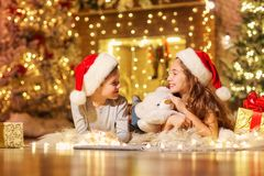 2 дет с подарками в комнате на рождестве Стоковое Изображение