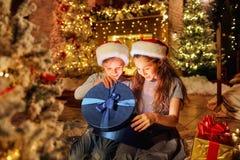 2 дет с подарками в комнате с на рождеством Стоковое Изображение RF
