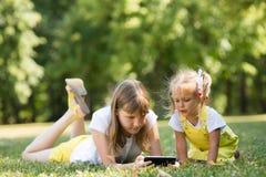 2 дет с телефоном Стоковые Изображения