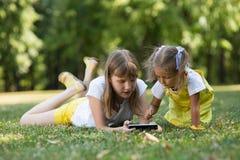 2 дет с телефоном Стоковые Фотографии RF