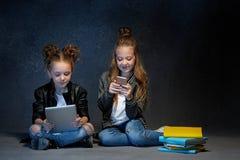 2 дет читая книги на студии Стоковое Изображение RF