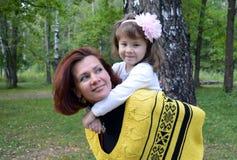 Дет h женщины дочери отца потехи природы влюбленности младенца сына улыбки портрета осени Letnic vacatireading внешние 2 усмехаяс Стоковое Изображение