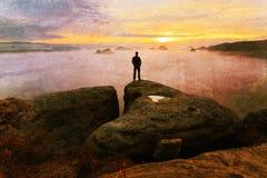 Дефект объектива Hiker на конце утеса над долиной Укомплектуйте личным составом вахту над туманной и осенней долиной утра Стоковая Фотография RF