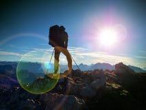 Дефект пирофакела объектива Туристский гид на trekking пути с поляками и рюкзаком Опытный hiker Стоковое Изображение RF