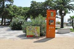 Дефибриллятор и плакат улицы о фекалиях чистки для собак в Бланесе Стоковая Фотография RF