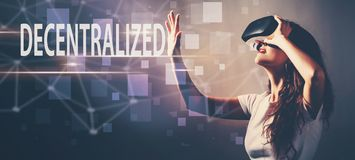 Децентрализованный при женщина используя шлемофон виртуальной реальности стоковое фото rf