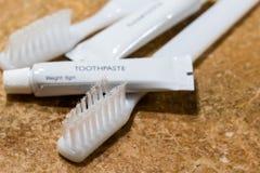 Дешево, низкая качественная зубная щетка с заботой плохих компромиссов щетинки устной стоковые фото