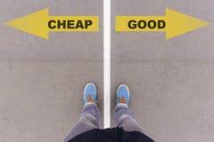 Дешево против хороших стрелок текста на земле, ногах и ботинках асфальта на f стоковые изображения rf
