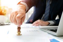 Деятельность аналитика одобряет финансовый отчет штемпеля стоковые изображения rf