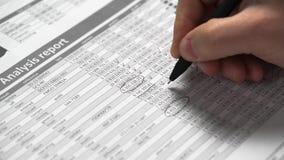 Деятельность бизнесмена и финансы высчитывать концепция финансового учета дела руки крупного плана видеоматериал