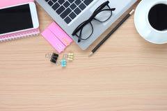 Деятельность деревянного стола имеет компьютер и кружку кофе около a стоковое изображение rf