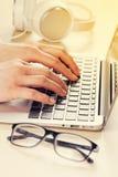 деятельность женщины компьтер-книжки вручает печатать на машинке клавиатуры Стоковое Изображение