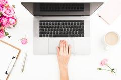 деятельность женщины компьтер-книжки Место для работы с женскими руками, компьтер-книжка, розовый букет роз, кружка кофе, дневник Стоковые Фото