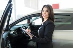 Деятельность женщины на автосалоне стоковая фотография