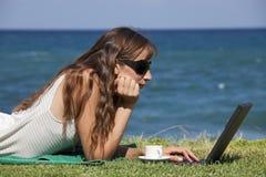 деятельность женщины пляжа стоковые изображения