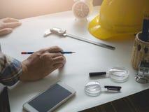 Деятельность инженера и таблица имеют инструменты Стоковая Фотография