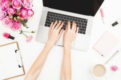 деятельность компьтер-книжки девушки Место для работы с женскими руками, компьтер-книжка женщины, розовый букет роз, аксессуары,  Стоковое Изображение RF