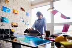 Деятельность молодой женщины как профессиональный фотограф в студии Стоковое Изображение