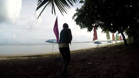Деятельность молодой женщины как уборщик пляжа сгребая соры, твердые частицы на тропическом песчаном пляже сток-видео