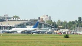 Деятельность при авиапорта на дневном времени, воздушных судн управляет мимо, припаркованные самолеты видеоматериал