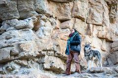 Деятельность при внешнего спорта Профессиональное belayin Alizée Dufraisse альпиниста утеса Весьма взбираться спорта Siurana, Pr Стоковые Изображения