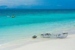 Деятельность при перемещения: Шлюпка каяка на пляже лета Стоковая Фотография